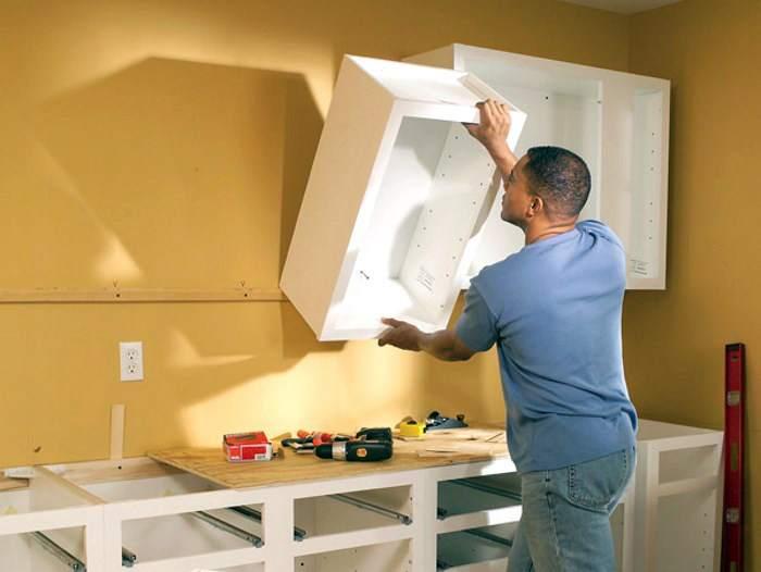 Чтобы повесить на стену кухонный шкаф, например, закрепить его на гипсокартон, нужно подготовить прочное крепление
