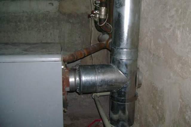 Котлы или печи заводской сборки всегда имеют патрубок для подключения дымохода. То есть проблема с сечением дымохода уже не стоит – оно должно быть не меньше указанного в технической документации.