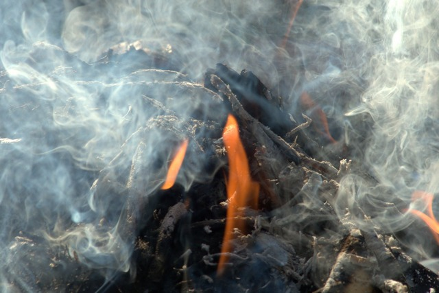 Горение древесины и другого твёрдого топлива всегда сопровождается весьма значительным дымообразованием. И дымоходная труба должна быть в состоянии своевременно отводить эти объемы наружу.