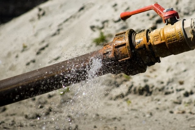 Замёрзшая вода часто становится причиной нарушения целостности труб, что требует немедленных и нередко – весьма масштабных аварийных работ.