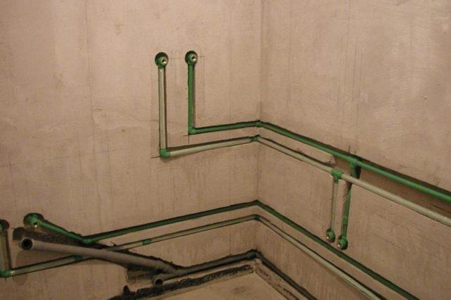 Трубы можно спрятать в толще стен, но только если технология монтажа гарантирует высочайшую надёжность соединений