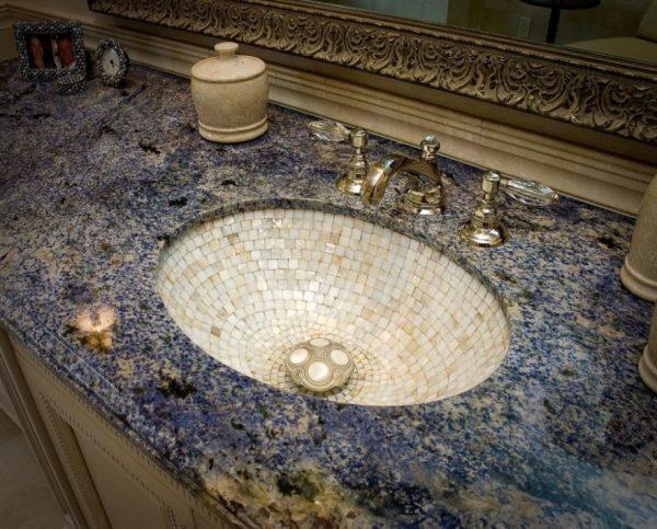Раковина выложена мозаикой из белой смальты, столешница сделана из акрилового камня