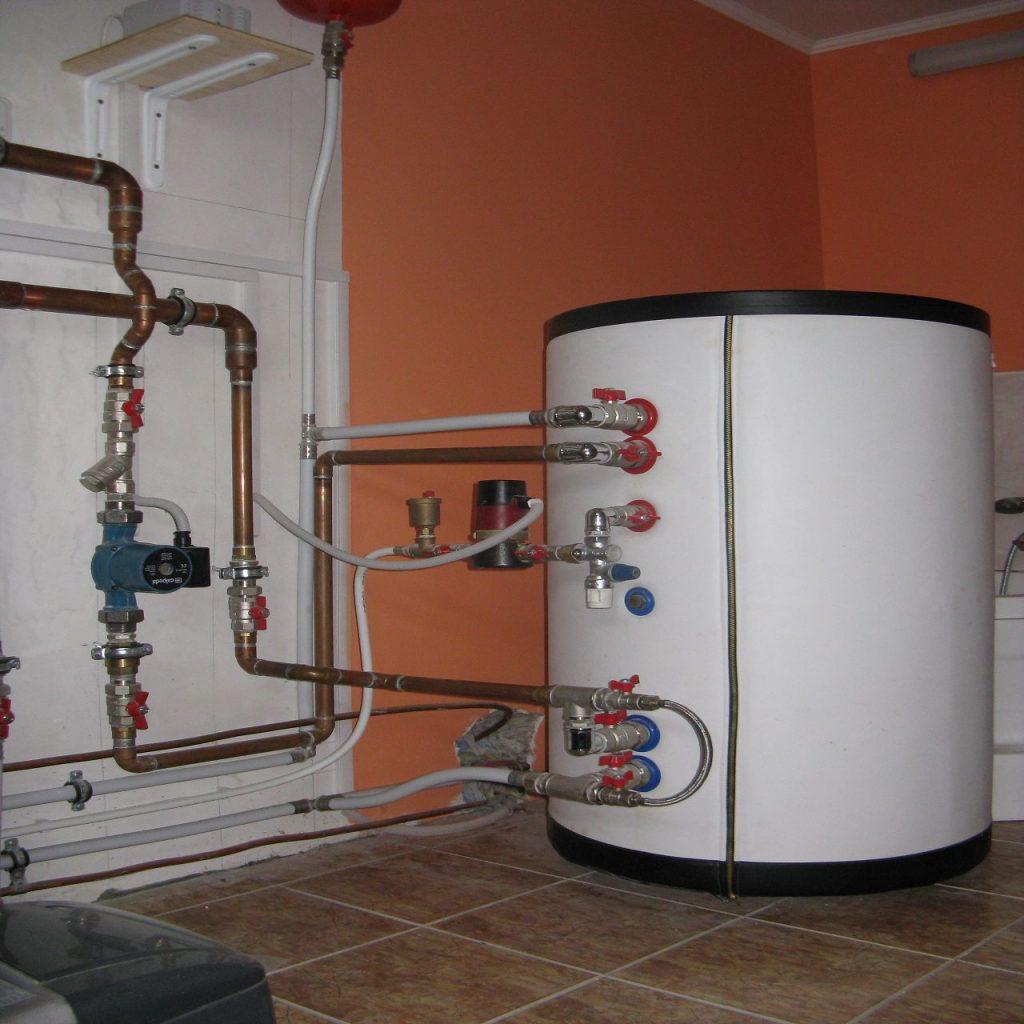 Организовать в частном доме постоянное бесперебойное снабжение горячей сантехнической водой можно, используя бойлер косвенного нагрева