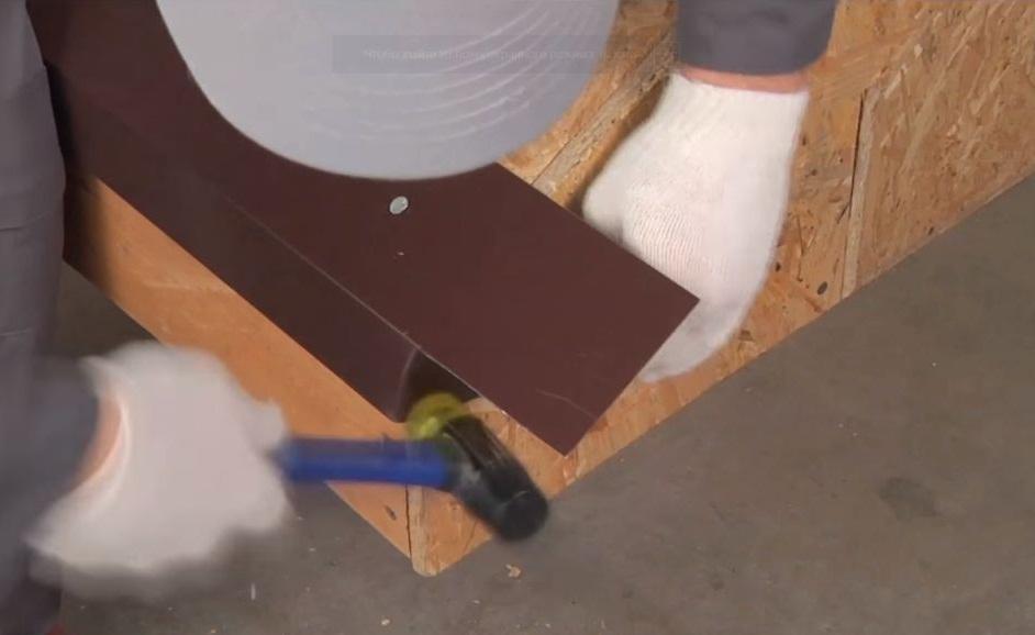 Для загибания краев планки лучше использовать резиновый молоток