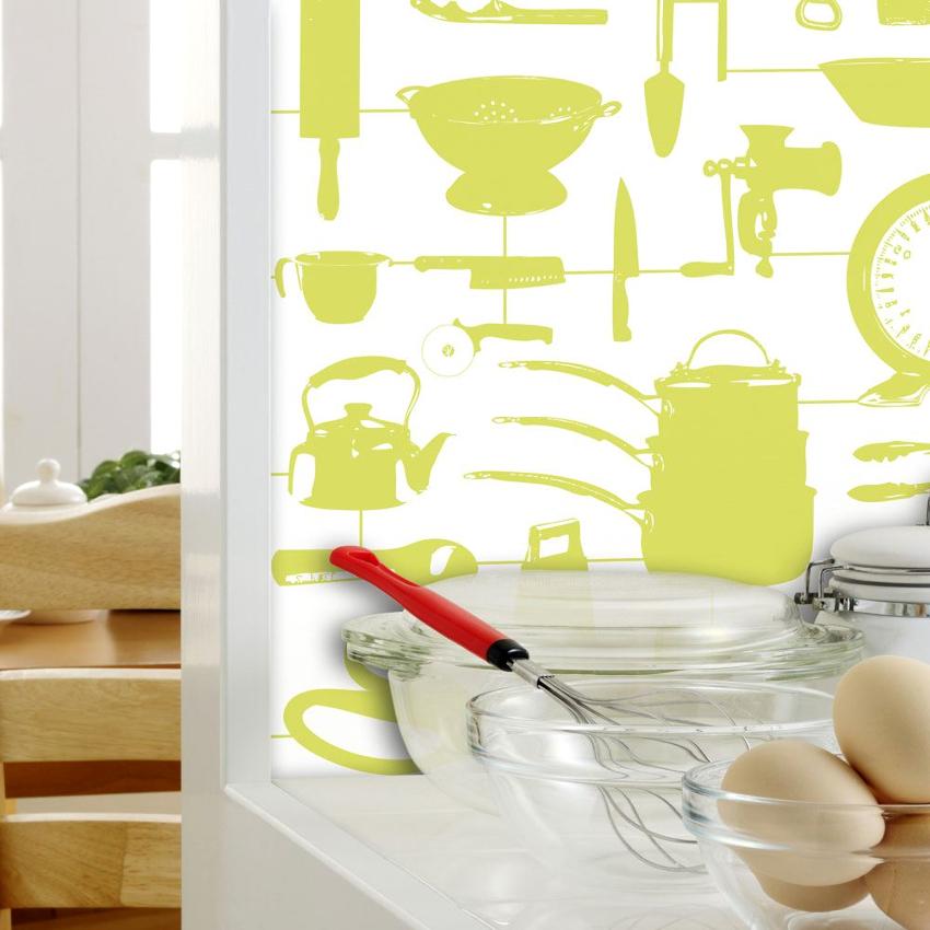 Для кухни наиболее подходящие варианты обоев – виниловые или специальные полотна под покраску