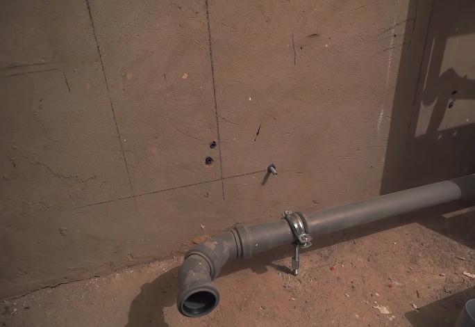 Заранее проложена труба к месту установки душевого поддона