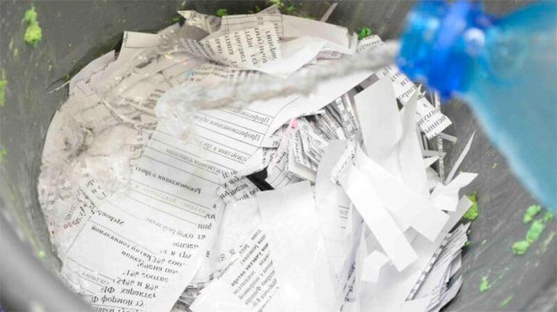 Измельченная бумага заливается водой