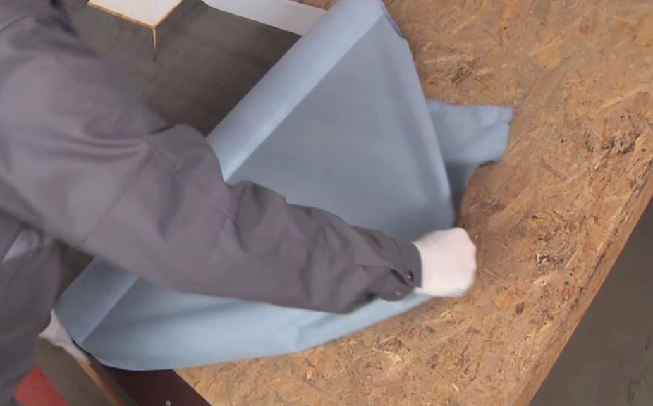 Раскатывание подкладочного ковра по основанию