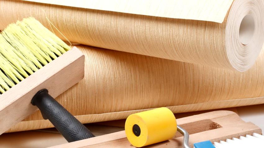 Этап подготовки включает приобретение обоев, подбор инструментов, покрытие полов, очистку стен