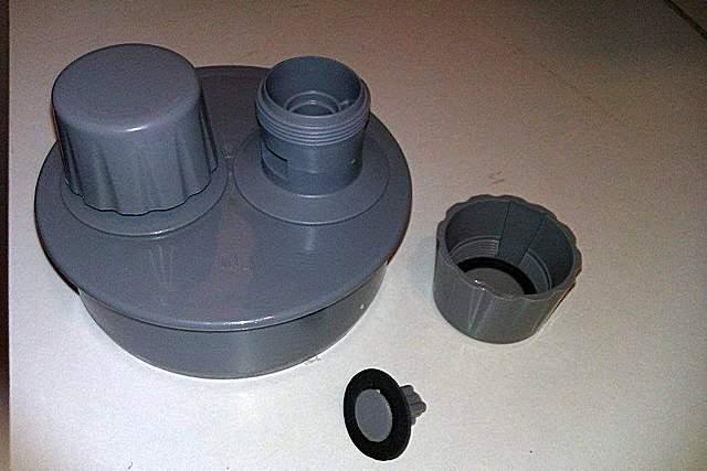 Аэратор на трубу 110 мм — модель с двумя клапанными головками. Одна из них разобрана для демонстрации своего нехитрого устройства.