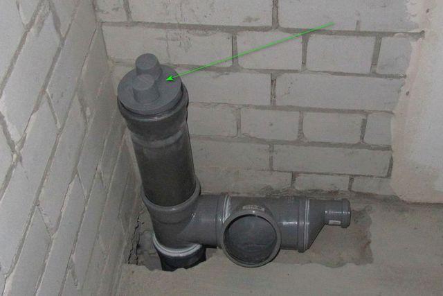 Обязательная установка – в верхней точке стояка, который не будет выводиться на улицу. Не заглушка, а именно вакуумный клапан!
