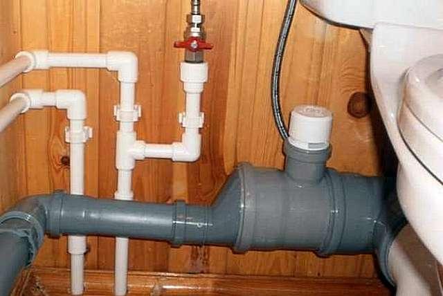 Стояка в этом доме вообще нет, значит – нужно установить вакуумный клапан в самой высокой точке самой большой трубы. И, возможно, не обойтись без клапанов и на длинных горизонтальных участках.