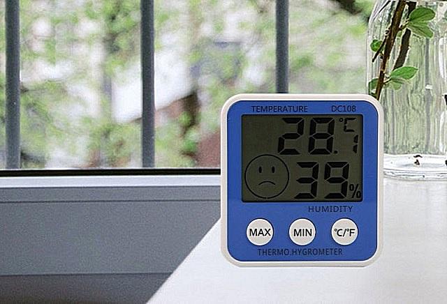 Термогирометр определит параметры температуры и влажности воздуха в помещении. А о том, соответствуют они или нет нормативам комфорта, у этой модели указывает смайлик, появляющийся в левом углу экрана. В демонстрируемом примере – «морда» недовольная: влажность еще туда-сюда, а вот температура явно завышена.