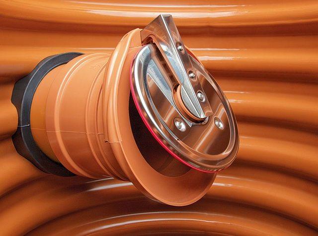 Клапан, можно сказать, бескорпусного исполнения, открытого типа. Устанавливается, естественно, на самом обрезе канализационной трубы, например, в точке слива собранных стоков в коллектор, камеру септика, колодец.