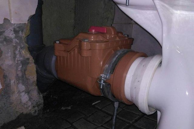 Настоятельно рекомендуется установка обратных клапанов в квартирах первых и вторых этажей, как наиболее уязвимых к затоплению при засорении канализации.