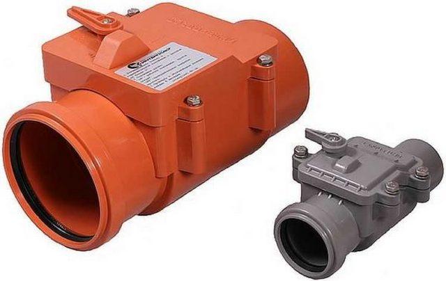 Клапаны одного производителя, сходной конструкции и компоновки, но рассчитанные на разные диаметры канализационных труб.