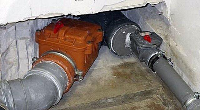 На каждой из труб, сходящихся к стояку или выпуску канализации, может быть установлен свой обратный клапан.