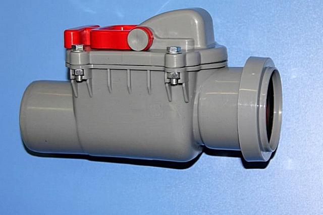 Обратный канализационный клапан со стандартным раструбным соединением для трубы диаметром 50 мм.