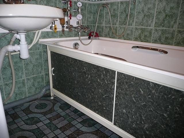 Как закрыть пространство под ванной своими руками
