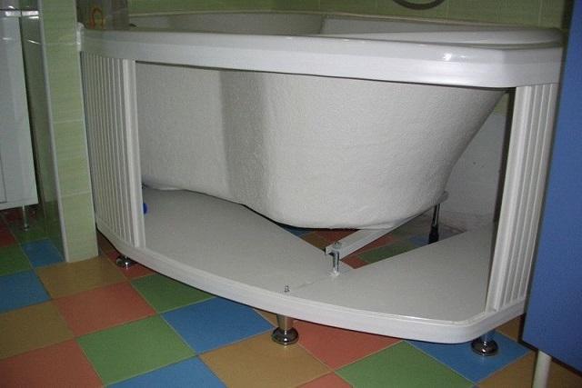 Ножки, закрепленные под каркас или же под цельную панель, добавят комфорта в эксплуатации ванны, так как пальцы ног не будут упираться в экран. Кроме этого, при возникновении аварийной ситуации вода не задержится под ванной, то есть проблему будет проще заметить, а воду – своевременно собрать.