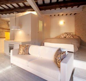 Дизайнеры предусмотрели даже спальную зону для гостей и множество скрытых мест для хранения всевозможных вещей