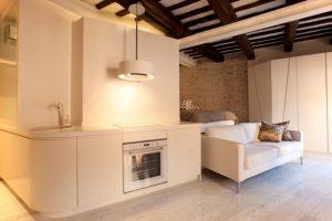 Дизайн представленной однокомнатной квартиры загадочен, привлекателен и интересен