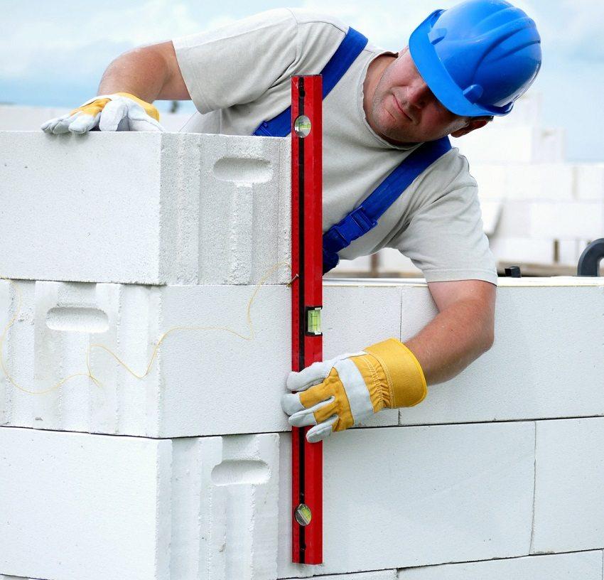 Ровная укладка автоклавных бетонных блоков выполняется с помощью строительного уровня