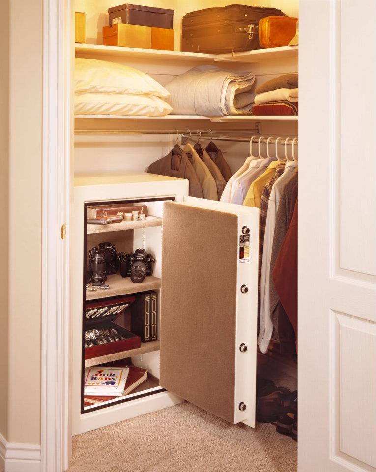 Сейф в гардеробной