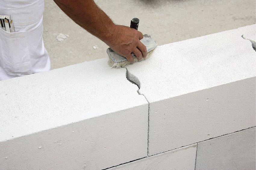 Система паз-гребень выполняет функцию «теплового замка» и позволяет не наносить клей по вертикальному шву