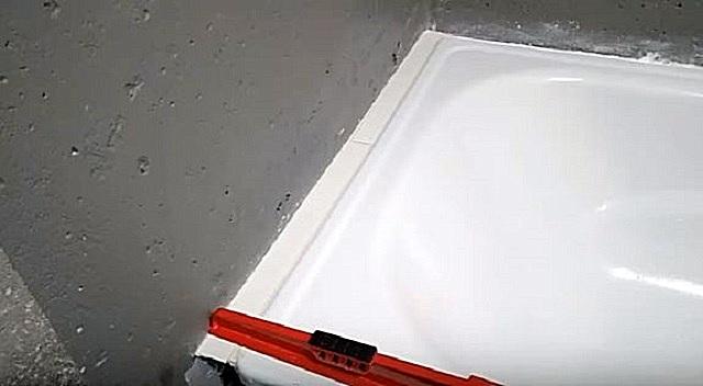 Укладываемая на гипсокартон плитка должна находиться на одном уровне с бортиком ванны