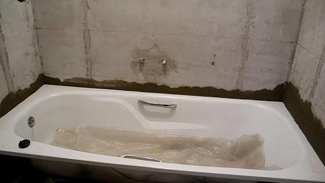 Если край бортика ванны будет врезан в стену, то решается проблема сквозного просвета между двумя поверхностями