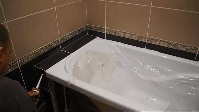 Не стоит рисковать и рассчитывать на то, что герметизирующий материал не попадет на эмаль ванны, лучше заранее побеспокоиться о ее безопасности