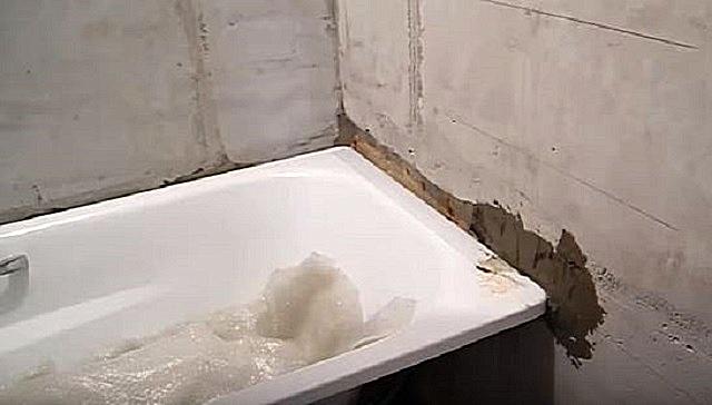 Заделка штрабы, в которую задвинут край ванны.