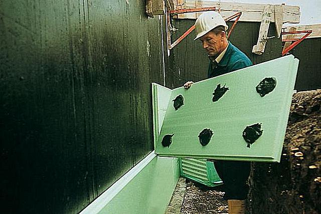 Если фундамент получил надежную гидроизоляцию, то на мастике можно сэкономить – нанеси ее на плиты пеноплекса точечно. Все равно засыпанный грунт не даст впоследствии сместиться утеплительному слою.