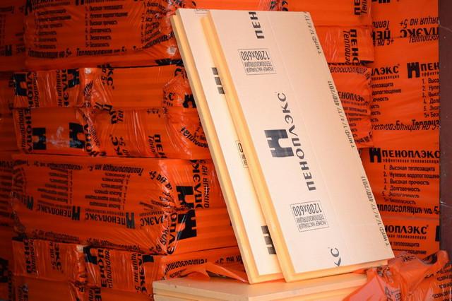 Утеплительные плиты компании «Пеноплэкс» — фирменного оранжевого цвета.