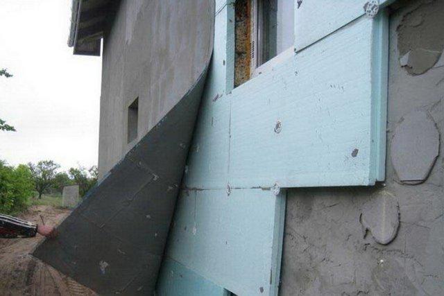 Закономерный итог неплотного прилегания плит к стене, выполненного с нарушением технологии монтажа, явной «экономии» и на клее, и на дюбелях-«грибках». Остаётся – все сдирать и делать по-новому.