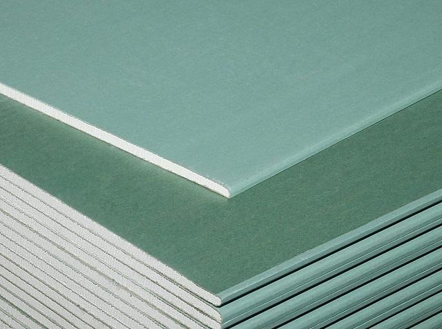 Листам влагостойкого гипсокартона придаётся зеленый оттенок, что позволяет безошибочно выделить их среди других марок ГКЛ.