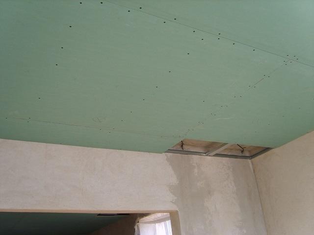 Потолок, обшитый гипсокартоном, тоже можно облицевать плиткой, панелями или даже просто окрасить в подходящий к общему стилю отделки цвет.