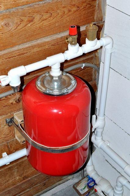 В закрытых системах отопления предохранительный клапан работает в «дуэте» с расширительным мембранным баком.