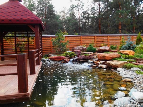 Сарай можно превратить в место отдыха подле водоема на участке
