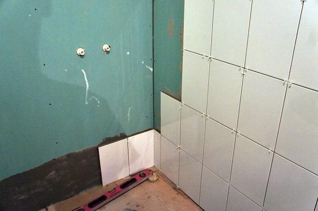Для выравнивания или выстраивания стен в ванной используются влагостойкие листы гипсокартона