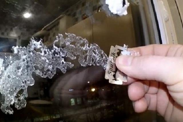 Срезание со стекла остатков монтажной пены