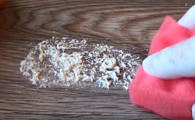 С ламината пену лучше всего удалять сразу после попадания.