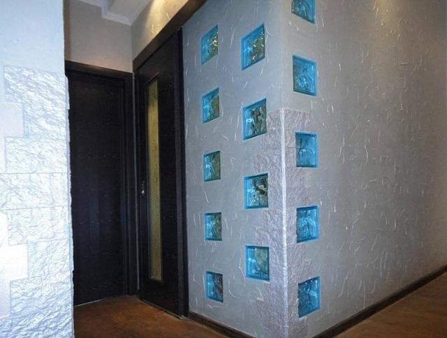 Необязательно выстраивать полностью из стеклоблоков сплошные перегородки. Их можно использовать «точечно», как оригинальные вставки во внутриквартирные стены.