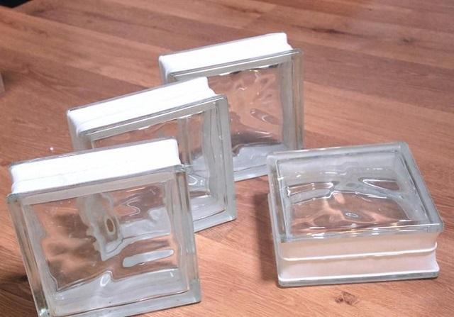 Стеклоблоки могут иметь гладкую или рифленую, колерованную или бесцветную поверхность