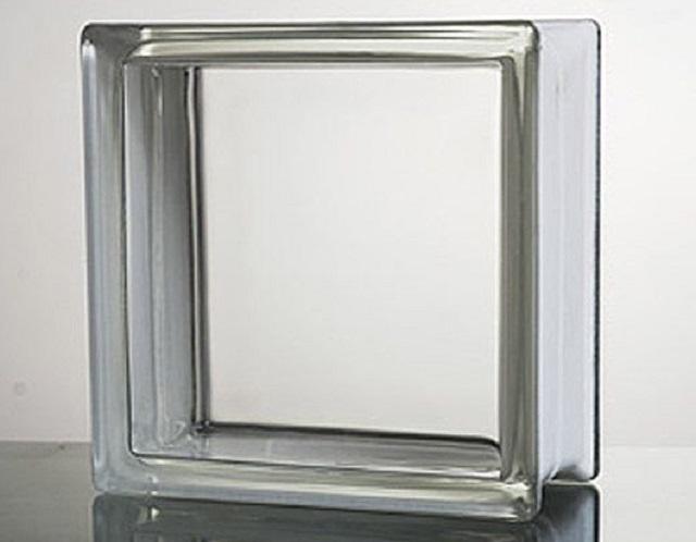 Прозрачный вариант стеклоблока с гладкой поверхностью, хорошо подойдет для установки в оконный проем