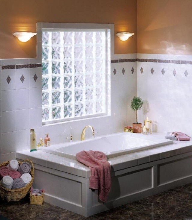 Окно ванной частного дома может быть оформлено стеклоблоками, такое окно не требует занавесок, а также решеток, так как кладка блоков армируется