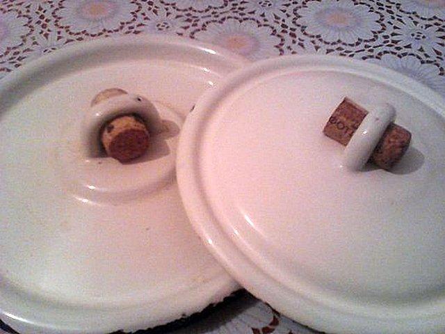 «Практическое применение» огромной разницы в теплопроводности материалов – пробка, подсунутая под скобу металлической крышки кастрюли. Снять такую крышку с кипящей на плите посуды можно голыми пальцами, не опасаясь ожога.