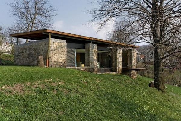 Можно не изменять внешний облик здания, украсив его внутри и превратив в жилой летний дом