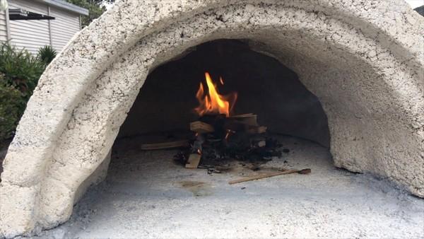 Нужно делать несколько пробных розжигов огня в печи, чтобы испытать ее